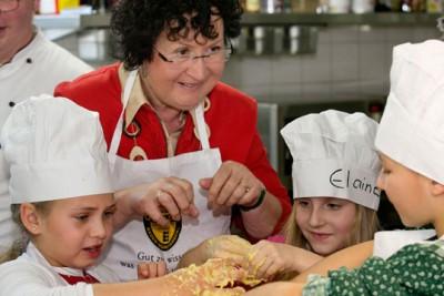 Geerlinde Kretschmann, Gattin des Ministerpräsidenten, beim Kochen mit Kindern